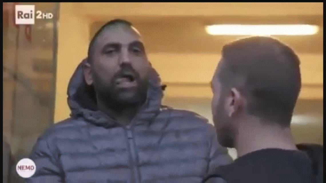 VIDEO: Matón de la mafia le rompió la nariz a un periodista de un cabezazo