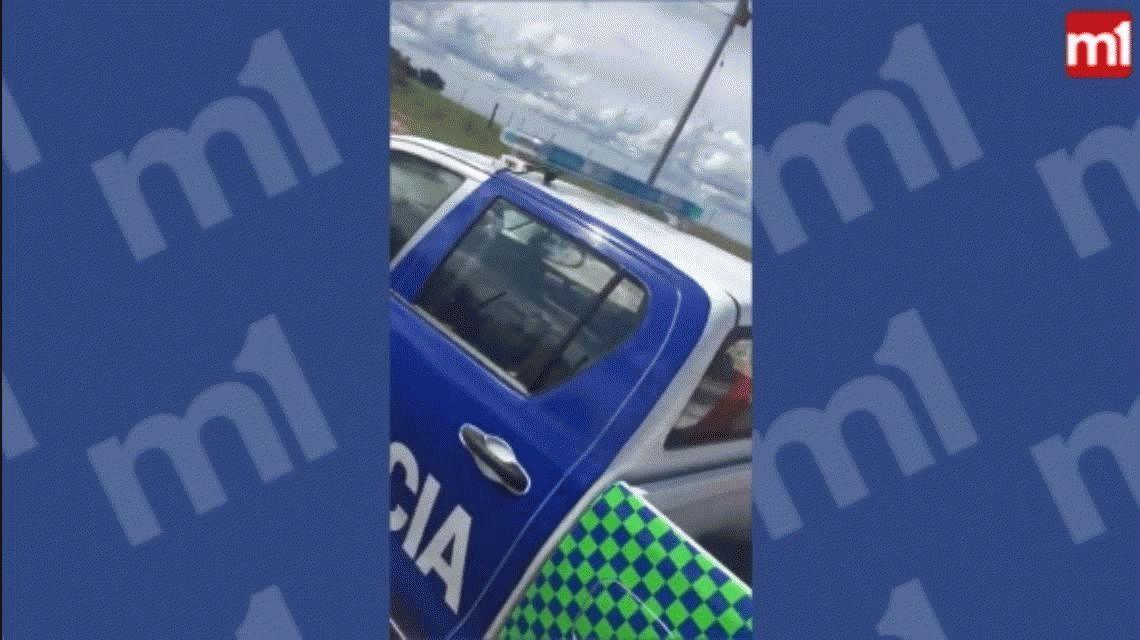 VIDEO: Escracharon a dos policías durmiendo en el patrullero