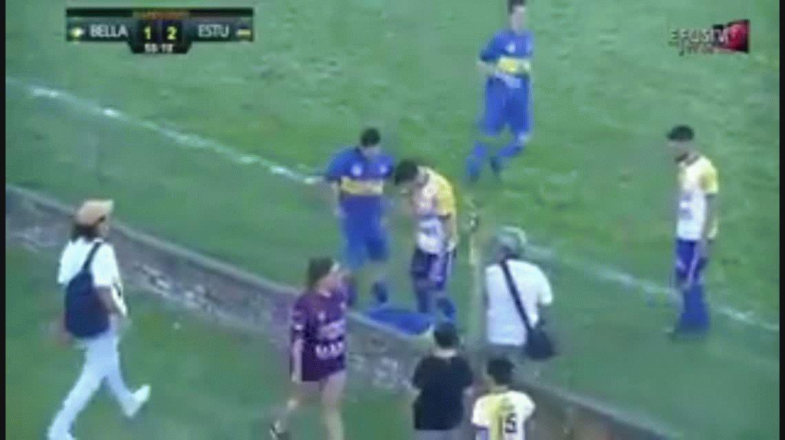 La hincha de la que todos hablan: le pegó una patada a un jugador en pleno partido