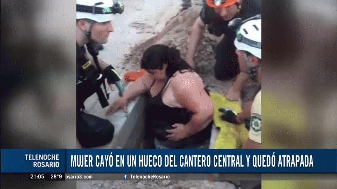 Cruzaba la calle con sus hijos, se cayó a un pozo y tuvo que ser rescatada por los bomberos