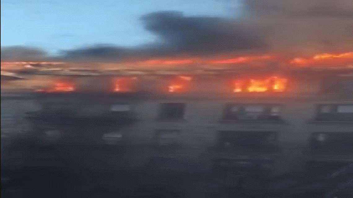 Monumental incendio en Nueva York: intervienen al menos cien bomberos