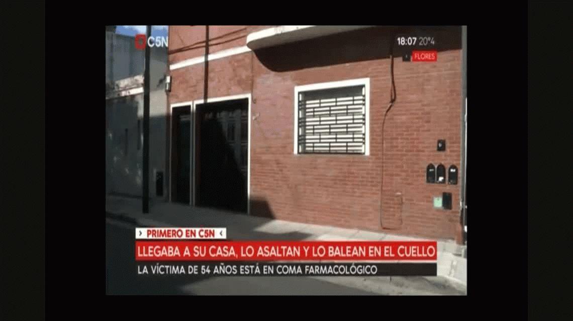 Balearon a un hombre en un asalto en la puerta de su casa en Flores