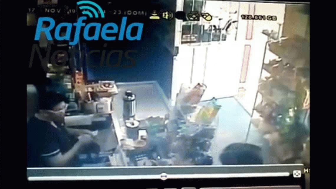 VIDEO: Una comerciante evitó un robo al tirarle agua caliente al delincuente