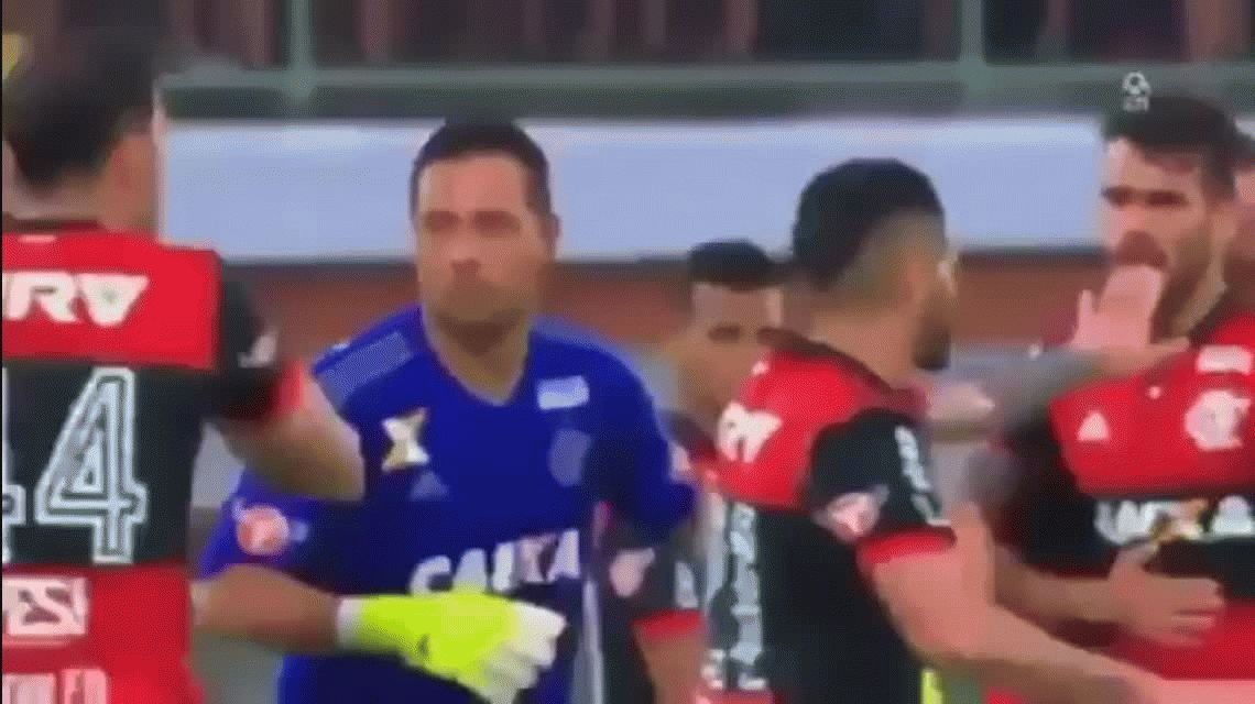 Pelea, empujones y hasta un fuck you: el papelón de Felipe Vizeu y Rhodolfo del Flamengo
