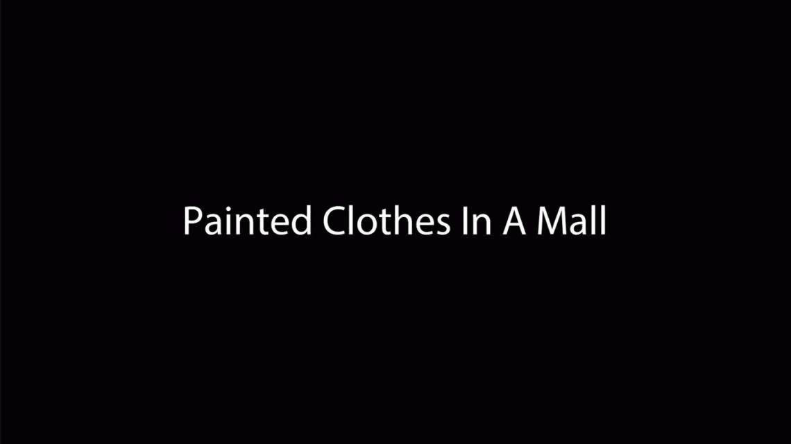 Se paseó semidesnuda por un centro comercial con un pantalón pintado a mano