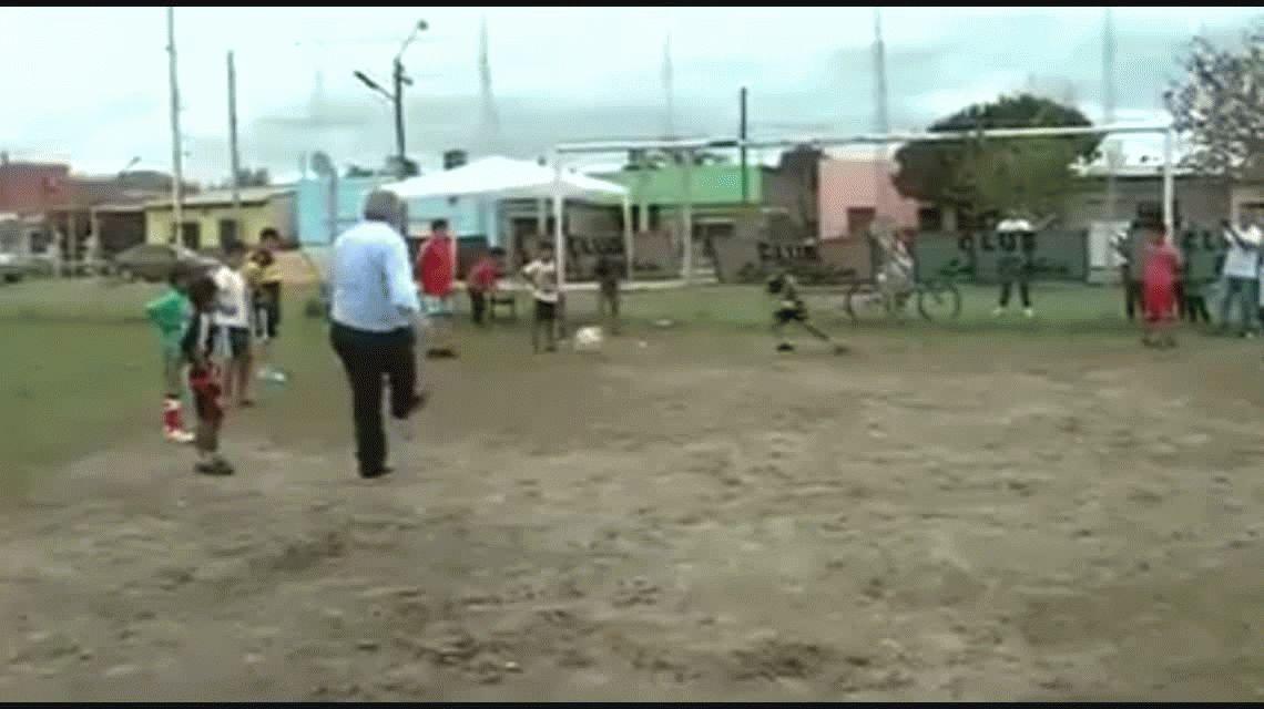 VIDEO: un gobernador se dio un golpazo al intentar atajarle un penal a un nene