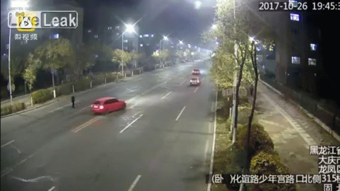 VIDEO: Se paró en el medio de la calle para quitarse la vida y un auto lo atropelló