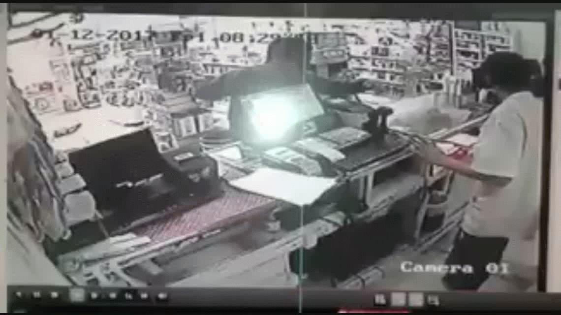 Un policía fue baleado por la espalda cuando resistió un asalto en una farmacia