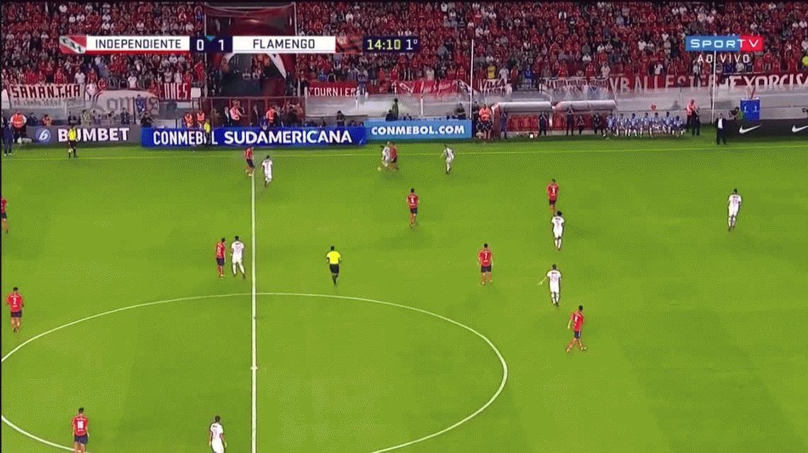 Bochinesco: el tremendo caño de Ezequiel Barco de Independiente a Diego Ribas de Flamengo