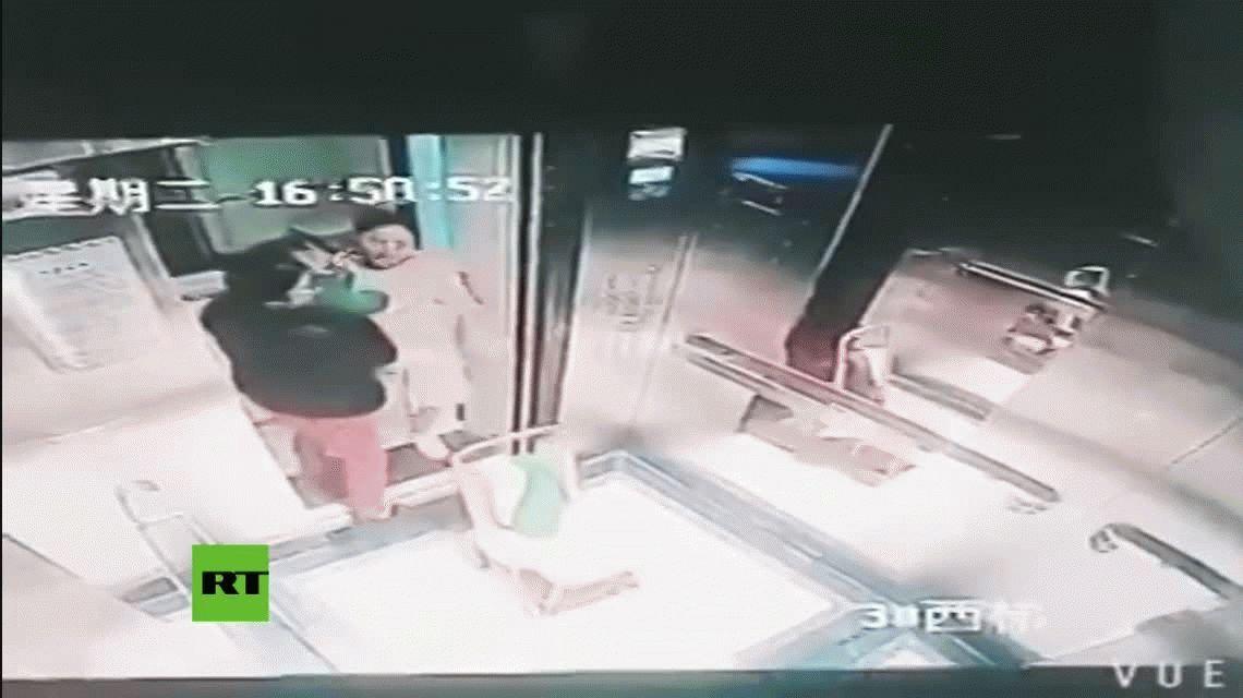Arrestan a una niñera por golpear brutalmente a un chico en un ascensor