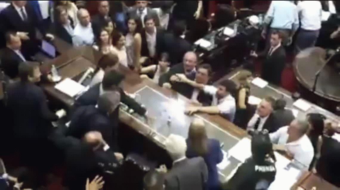 VIDEO: Monzó y Moreau se cruzaron en plena sesión y los tuvieron que separar
