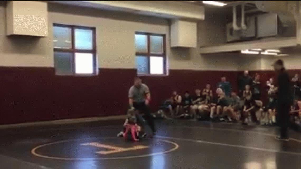 Un nene interrumpió la pelea de lucha libre de su hermana pensando que estaba en peligro