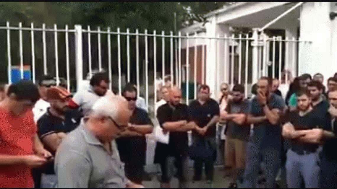 Dolor enorme: el trabajador que se quiebra al leer la lista de sus compañeros despedidos