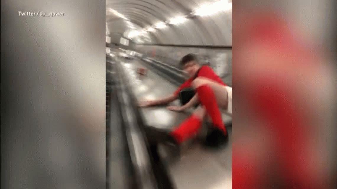 VIDEO: Se tiró por una escalera mecánica y se golpeó duro en sus partes íntimas