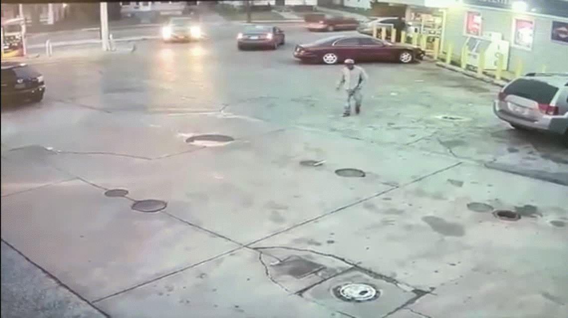 VIDEO: Se salvó por centímetros de ser atropellada por un camión