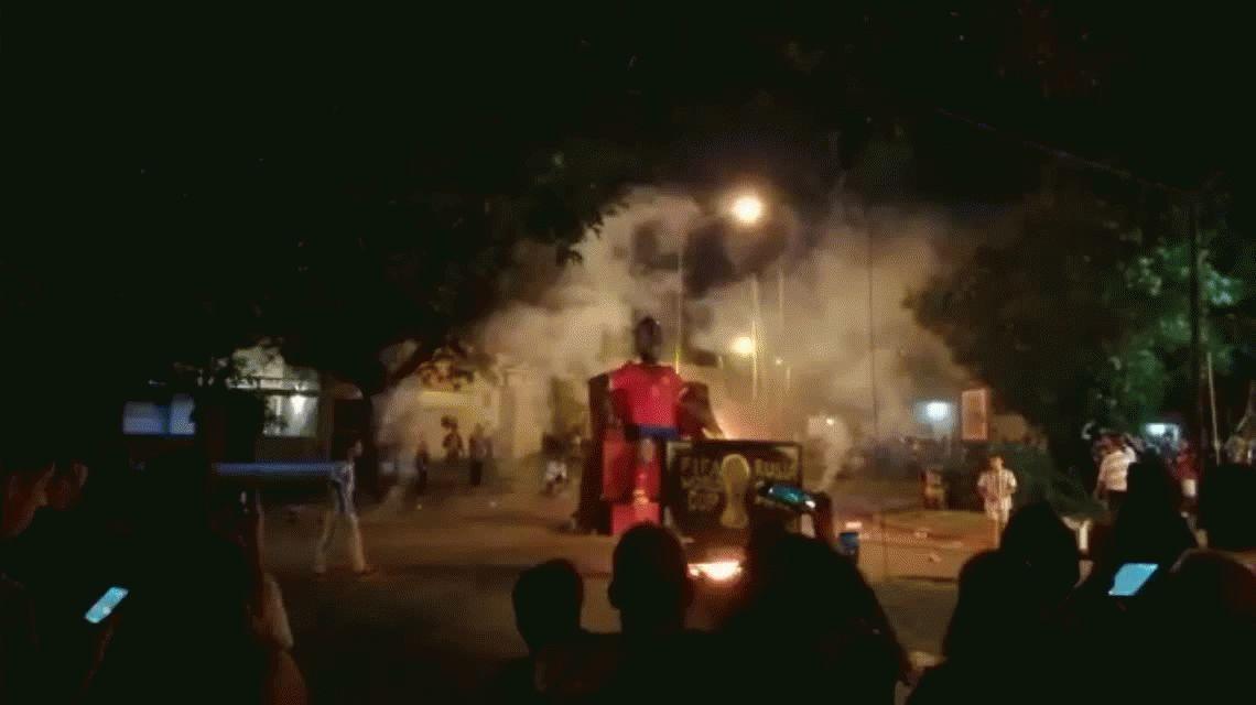 Armaron un muñeco de Arturo Vidal viendo el Mundial por TV...¡y lo prendieron fuego!