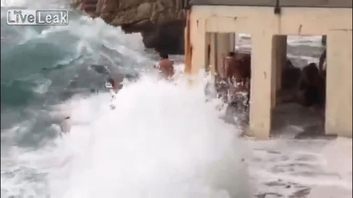 Video: Se tiraron al mar y murieron ahogados en plena celebración de Año Nuevo