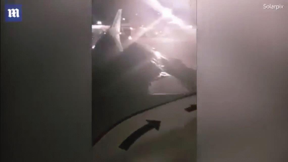 VIDEO: Abrió la puerta de emergencia del avión y quiso salir por el ala