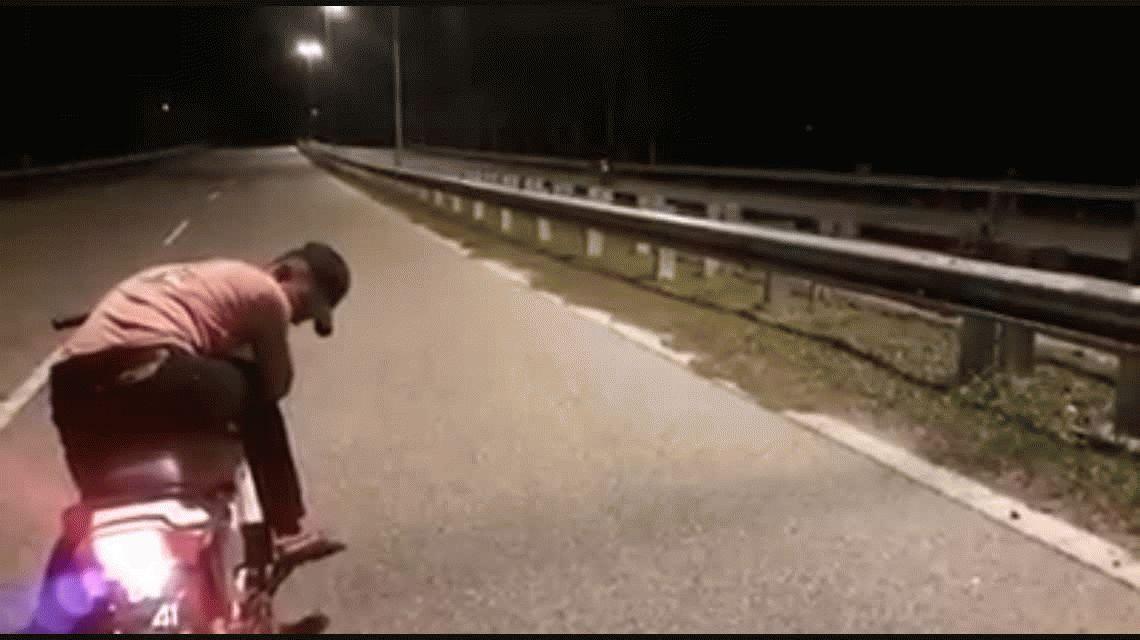 VIDEO: Captan una moto fantasma sin conductor circulando por la ruta