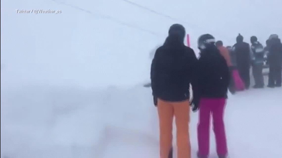 La pesadilla de dos esquiadores que quedaron atrapados en una aerosilla con fuertes vientos