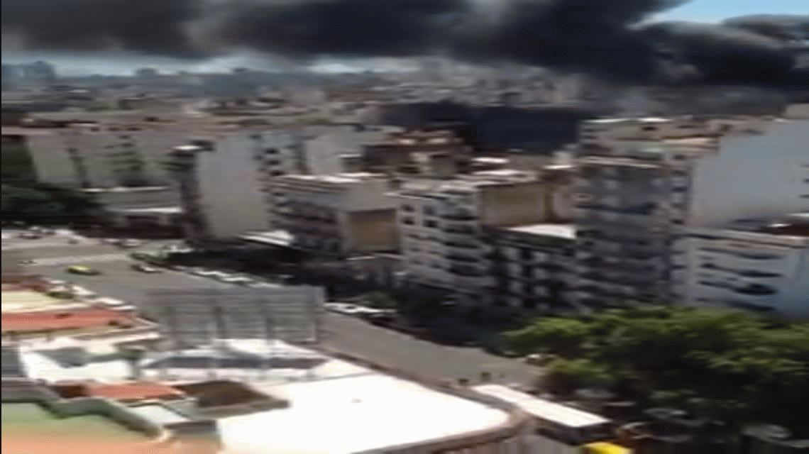 Impactante incendio de un local de cotillón en el Once