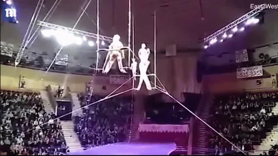 VIDEO: Una acróbata cayó desde 12 metros en pleno show y casi se mata