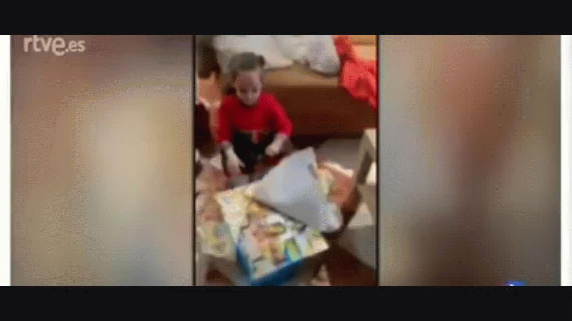 Furor por la reacción de una nena al abrir el regalo de Reyes que no le gustó