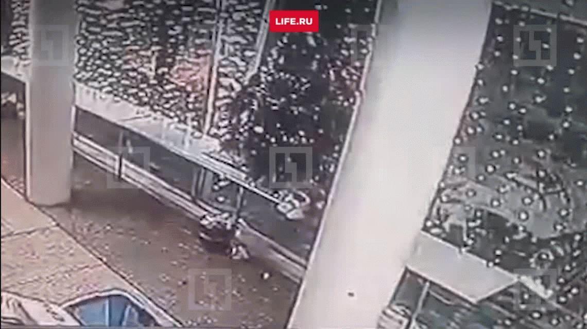 VIDEO: Robó un tanque y lo estrelló contra un supermercado para llevarse alcohol