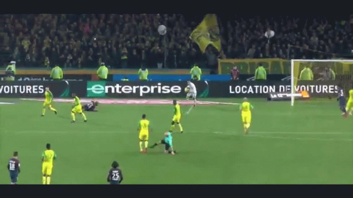 Locura: el árbitro le pegó una patada y encima lo terminó expulsando