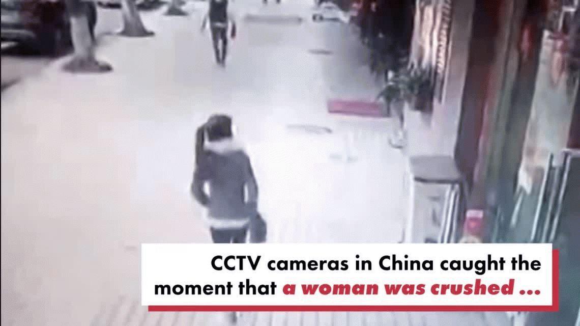 VIDEO: Caminaba por la calle cuando un gigantesco cartel le cayó encima