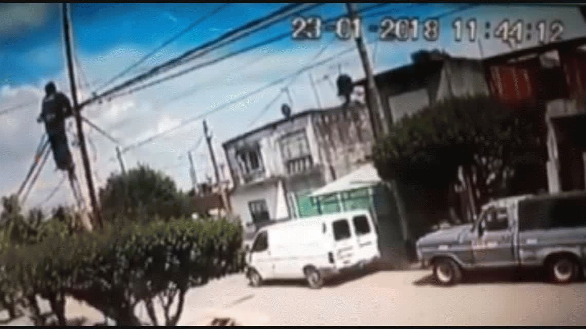 VIDEO: Un operario murió electrocutado en un poste de luz en Ituzaingó