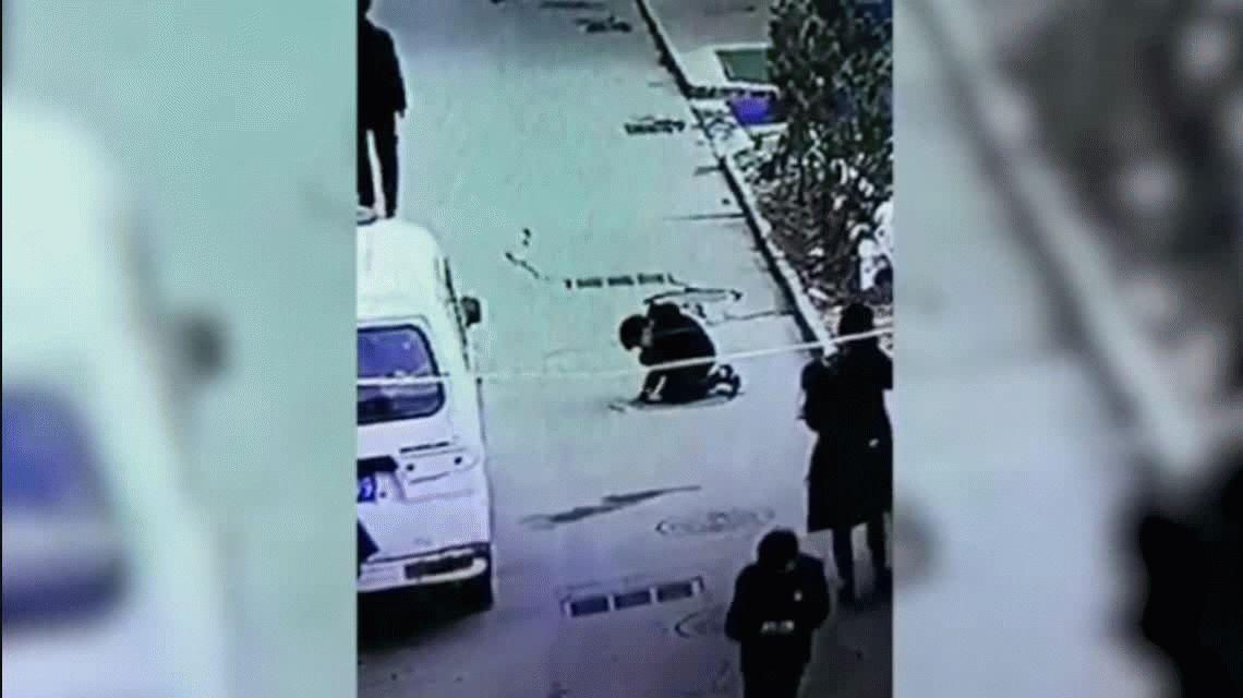 VIDEO: Tiró un petardo en una alcantarilla y salió volando por los aires