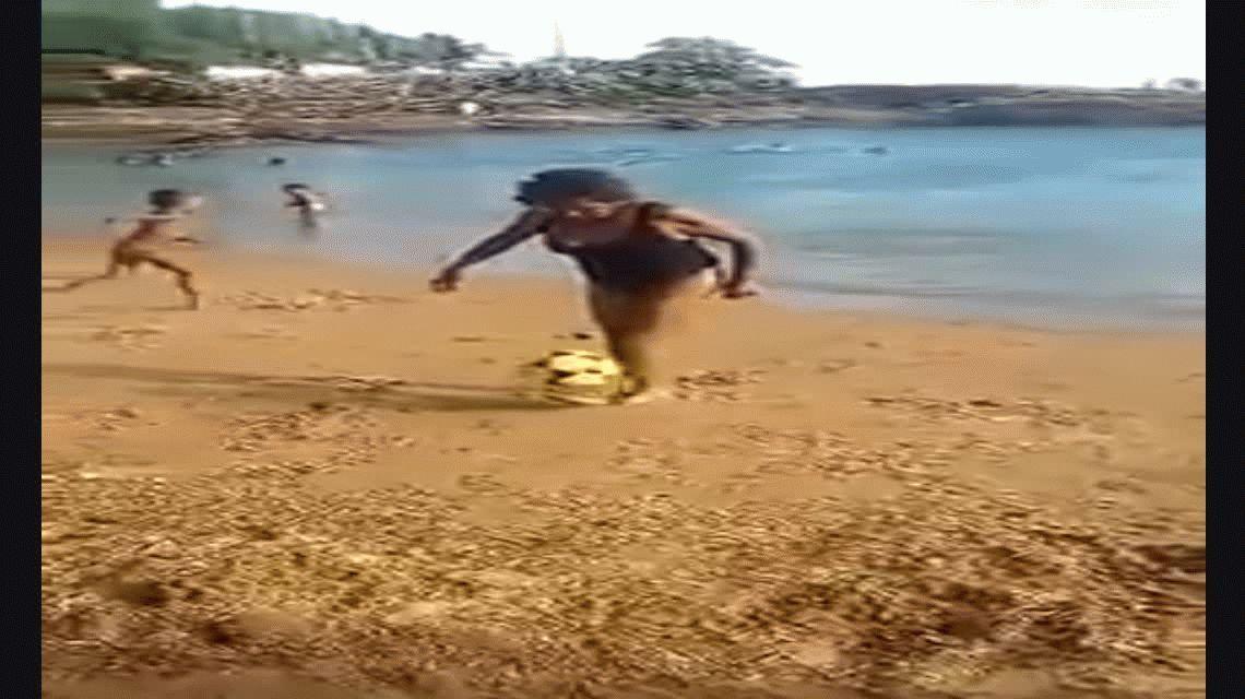 VIDEO: La abuela de Ronaldinho que hace jueguitos y la rompe en la playa