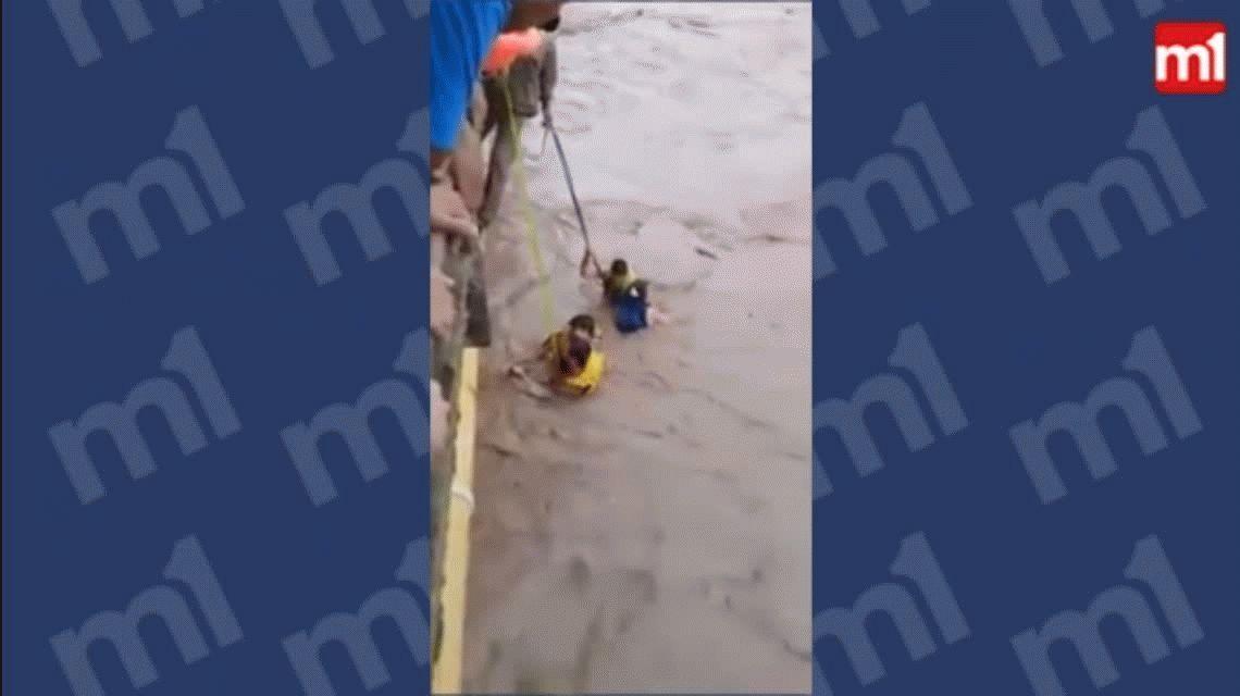VIDEO: El dramático rescate de siete personas que cayeron a un río en Tucumán