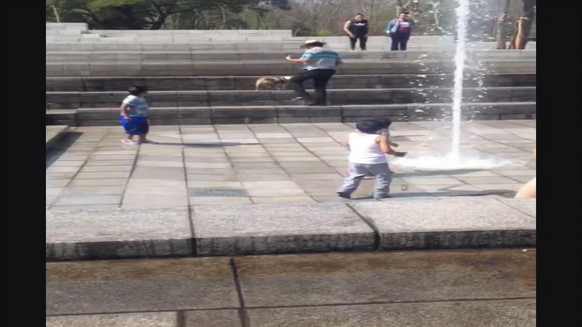 VIDEO: Una nena vuela por los aires al pisar un chorro de agua