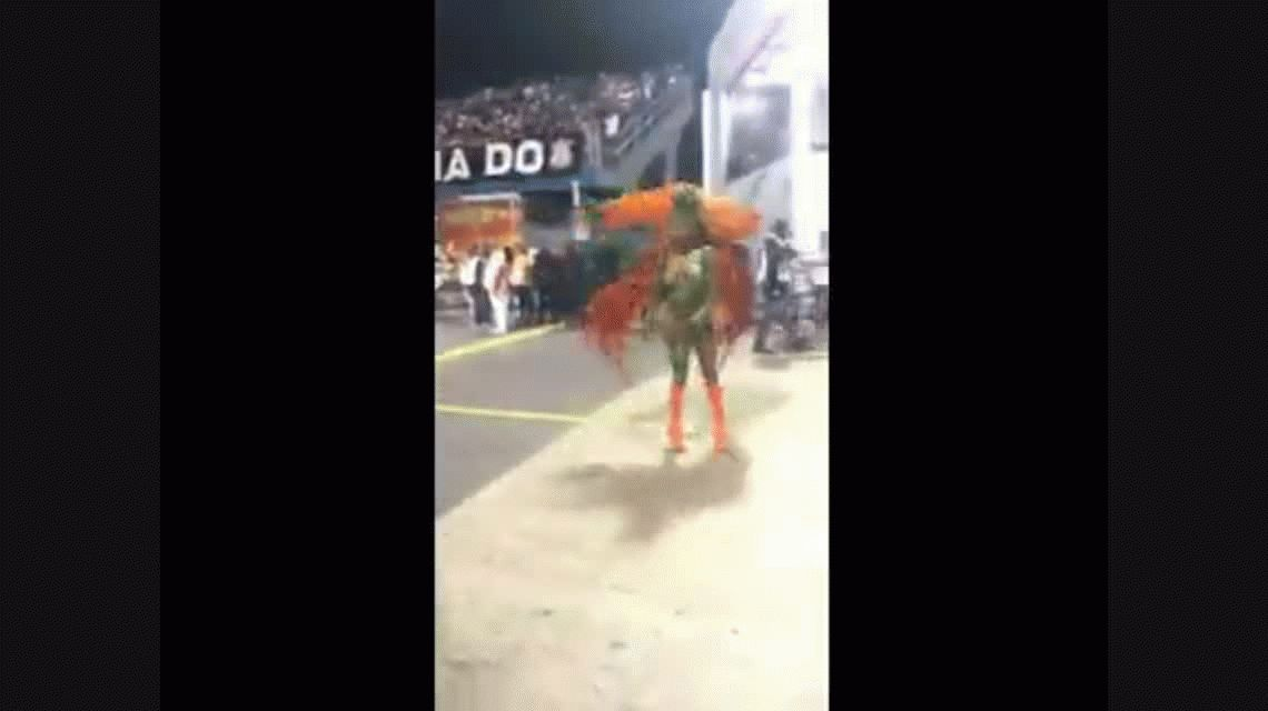 VIDEO: A una bailarina se le rompió el conchero durante el carnaval y ¡se le vio todo!