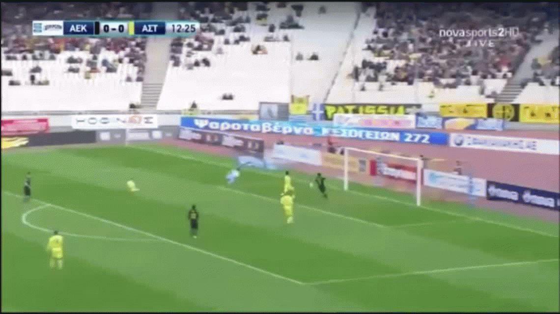 Sergio Araujo, ex Boca y Barcelona, se devoró un gol hecho