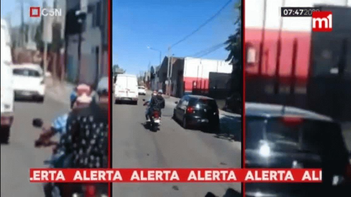 VIDEO: Fue al banco, retiró $40 mil, lo siguieron dos motochorros y perdió todo