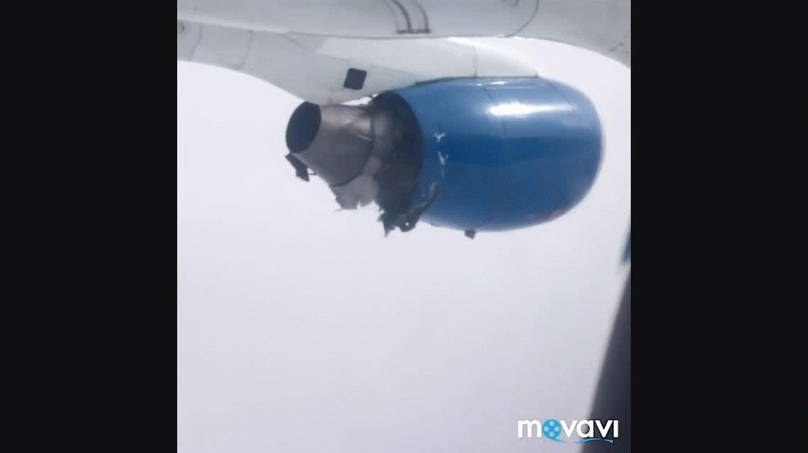 VIDEO: La desesperación de los pasajeros de un avión que tuvo que hacer un aterrizaje con un motor destrozado