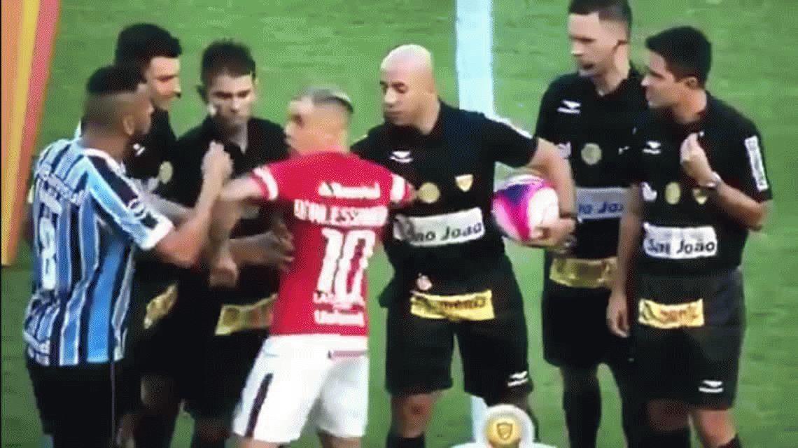 DAlessandro casi se agarra a piñas con el capitán del Gremio en el sorteo