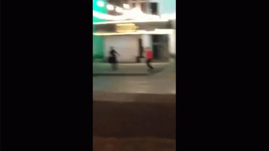 VIDEO: Brutal paliza de patovicas a un chico en la puerta de un boliche