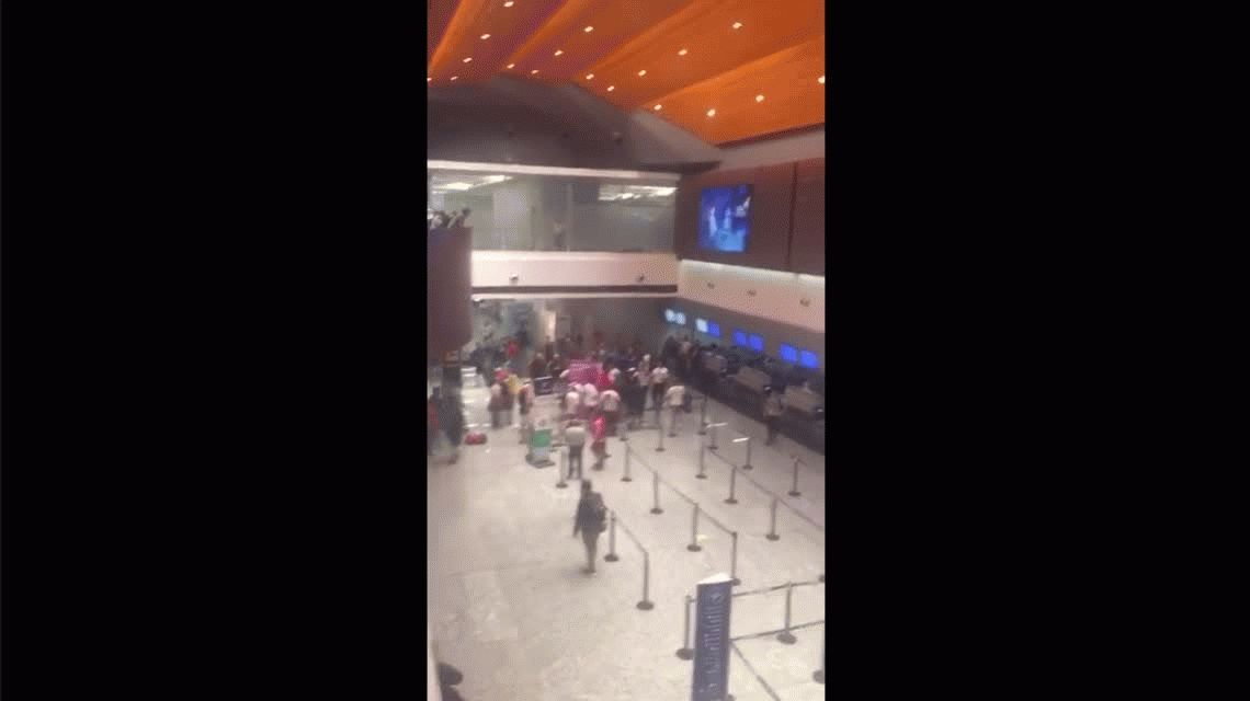 Batalla campal entre hinchas de Boca y River en el Aeropuerto de Mendoza