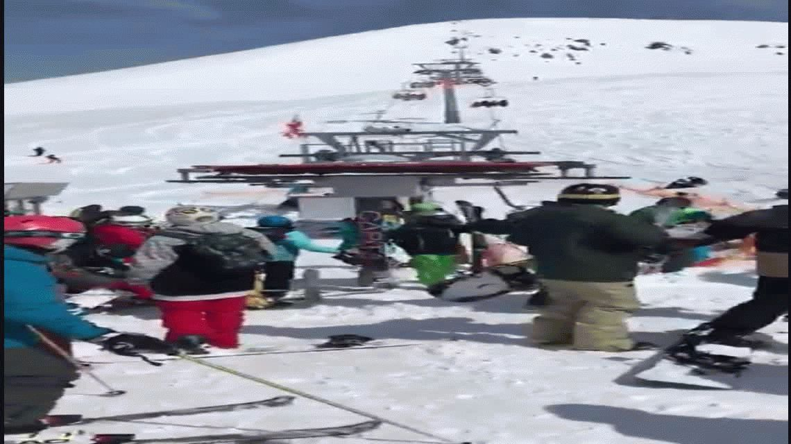 Una aerosilla comenzó a funcionar mal y generó pánico entre los esquiadores