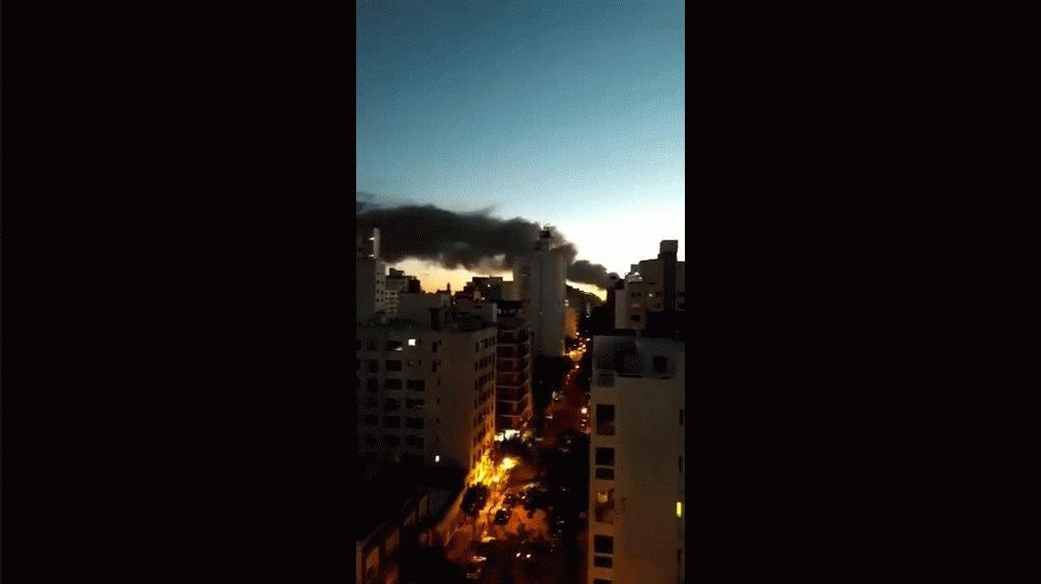 Impresionante incendio destrozó una textil en La Plata