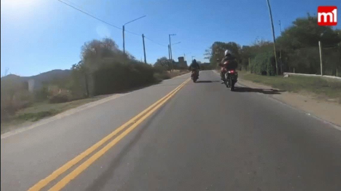 Impactante choque en Córdoba entre un auto y una moto: quedó grabado en video