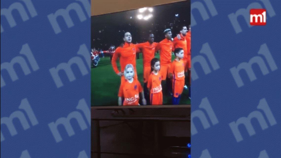 VIDEO: La nena de Holanda que se robó el protagonismo en el amistoso con Inglaterra