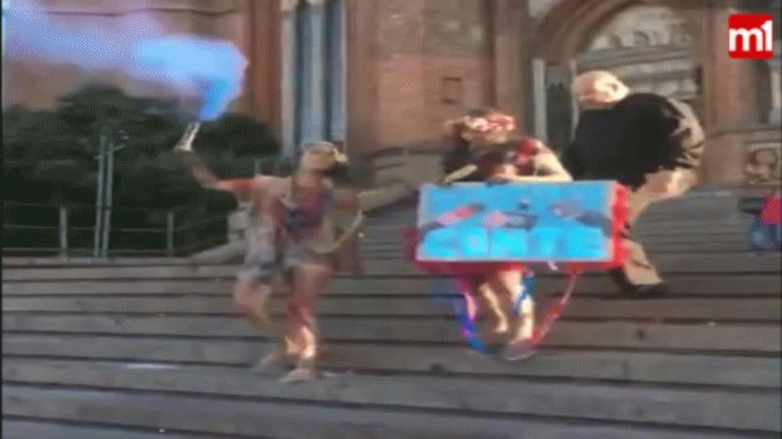 La Plata: un cura le pegó una patada a una chica en las escalinatas de la Catedral