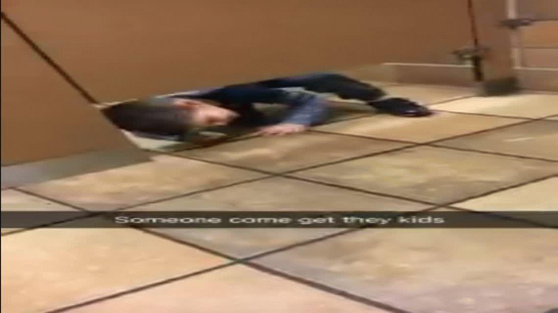 Oportuno: un nene se metió en un baño público para pedir ayuda a un extraño