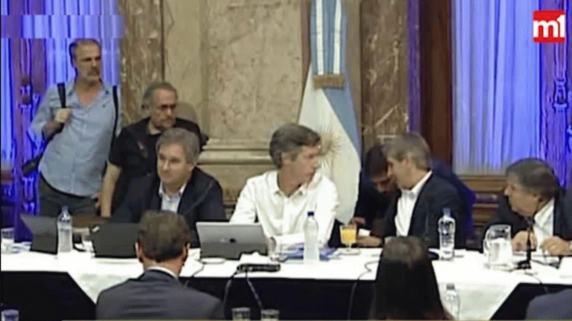VIDEO: Así fue la entrega del papelito de Luis Caputo a Gabriela Cerruti
