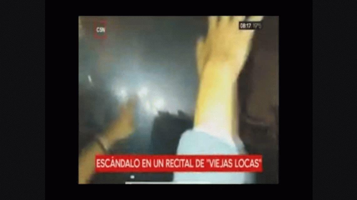 Incidentes en el recital de Viejas Locas: no salieron a tocar y los fanáticos prendieron fuego el escenario
